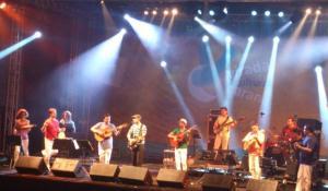 Zeca Baleiro e a Orquestra à Base de Cordas finalizam a Virada Cultural com a platéia pedindo bis duas vezes