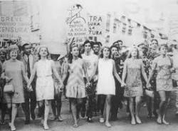 """""""Falando sobre o mundo penso nas conquistas femininas nos últimos anos... trabalhos que antes eram exercidos por homens e hoje o são por mulheres, e por sinal efetuados com muito exito.. nossa presidente!"""""""